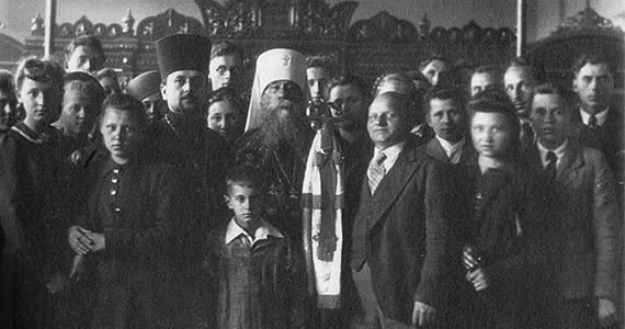 Metropolita Dionizy z chórem w cerkwi seminaryjnej św. św. Cyryla i Metodego w Warszawie (1943)